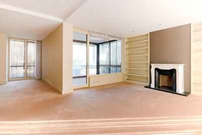 Spacious 3 bedroom flat with fireplace and terrace in Barcelona